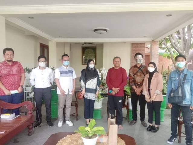 Tugu Media Group dan PT Parama Global Inspira DC Surabaya foto bersama dengan Dahlan Iskan (tiga dari kanan) di Sakura Regency, Selasa (18/05/2021).(Foto: Dimas Ari/Tugu Jatim)