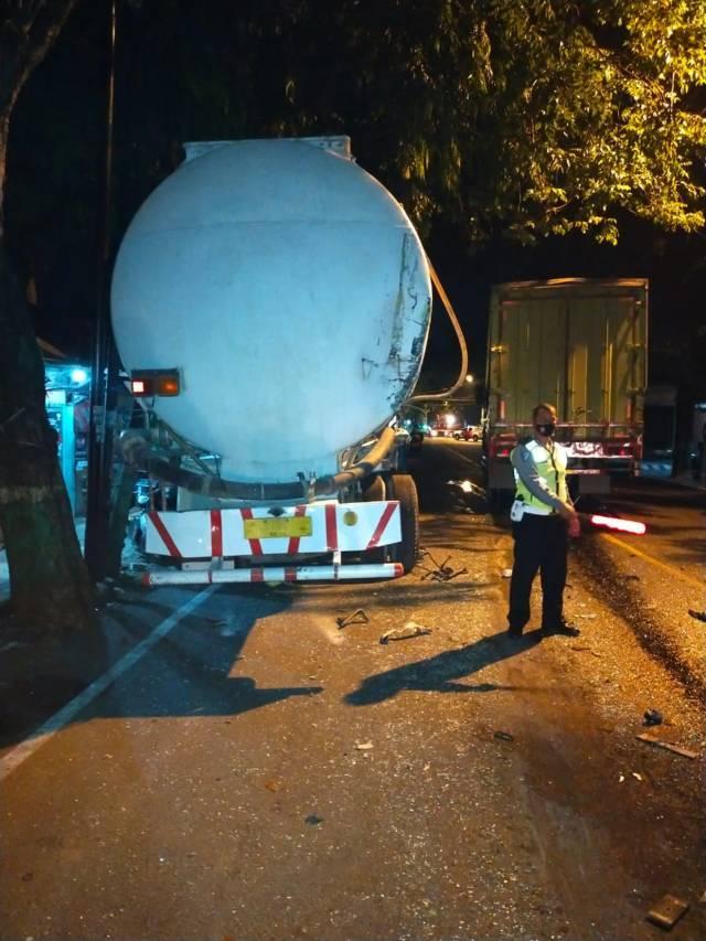 Kondisi truk tangki yang menghantam 3 motor. (Foto: Humas Polres Tuban/Tugu Jatim)