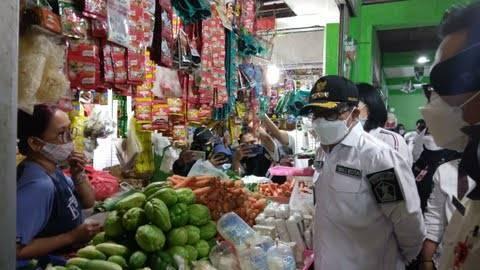 Wali Kota Malang Sutiaji saat memantau langsung terkait harga sembako di Pasar Besar Kota Malang. (Foto: Dok/Tugu Jatim)