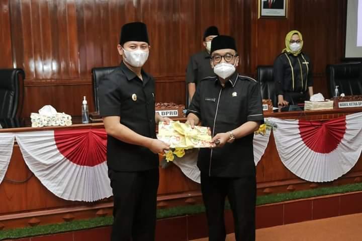Bupati Trenggalek Mochamad Nur Arifin saat sidang paripurna LKPj Kabupaten Trenggalek di gedung DPRD. (Foto: Zamz/Tugu Jatim)
