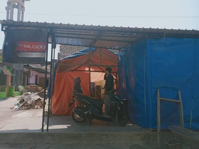 Warga menerima tamu di tenda-tenda darurat. (Foto: Rap/Tugu Jatim)