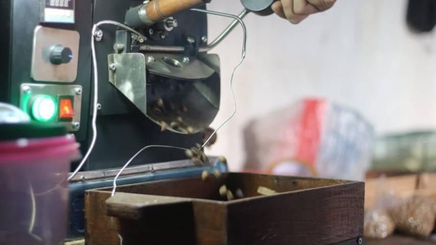 Proses pembuatan kopi dengan alat roasting. (Foto: Zamz/Tugu Jatim)