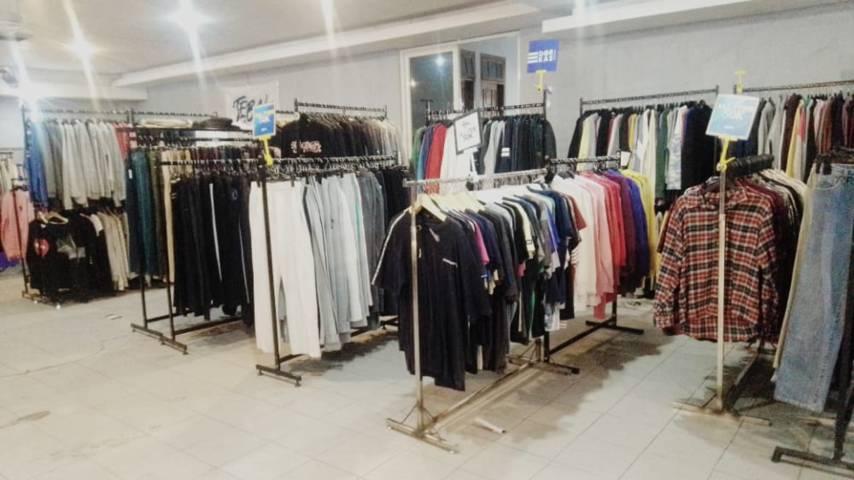 """Pengunjung bisa memilih banyak baju """"thrift"""" yang kekinian.(Foto: Rangga Aji/Tugu Jatim)"""