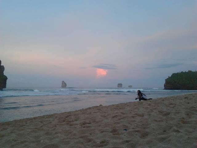 Suasana sunset di Pantai Goa Cina. (Foto: Rap/Tugu Jatim)
