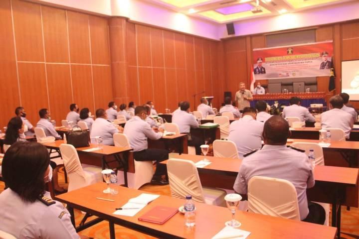 Pakar Komunikasi dan Motivator Nasional Dr Aqua Dwipayana pada kegiatan Rapat Kerja Teknis (Rakernis) Pemasyarakatan kantor wilayah (Kanwil) Kementerian Hukum dan HAM (Kemenkumham) Papua pada Selasa pagi (25/5/2021) di Hotel Horison Kotaraja, Kota Jayapura, Provinsi Papua. (Foto: Dokumen)