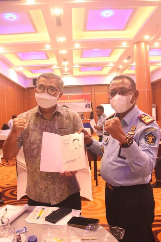 Kakanwil Kemenkumham Papua Anthonius M Ayorbaba bersama Dr Aqua Dwipayana. (Foto: Dokumen/Tugu Jatim)