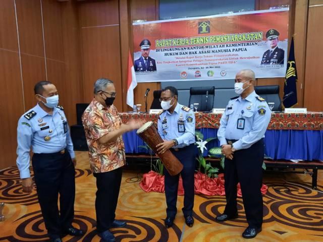 Dr Aqua Dwipayana ketika menabuh alat musik khas Papua, tifa pada kegiatan Sharing Komunikasi dan Motivasi di Kementerian Hukum dan HAM Kanwil Papua di Hotel Horizon Abepura, Jayapura, Provinsi Papua, Senin (24/5/2021). (Foto: Dokumen)