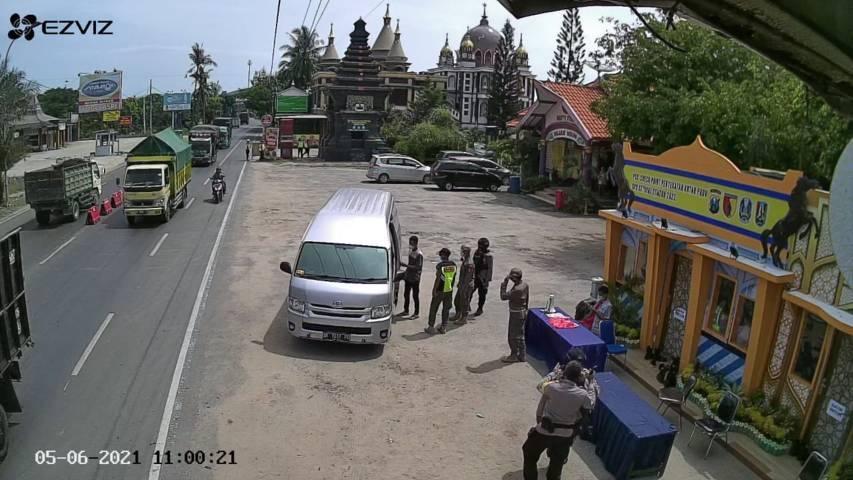 Petugas melihat mobil travel yang membawa pemudik. (Foto: Humas Polres Tuban/Tugu Jatim)
