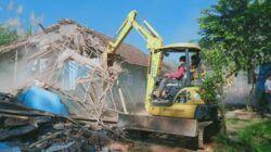 Eks Lokalisasi Girun di Kabupaten Malang dibongkar petugas. (Foto: Rap/Tugu Jatim)