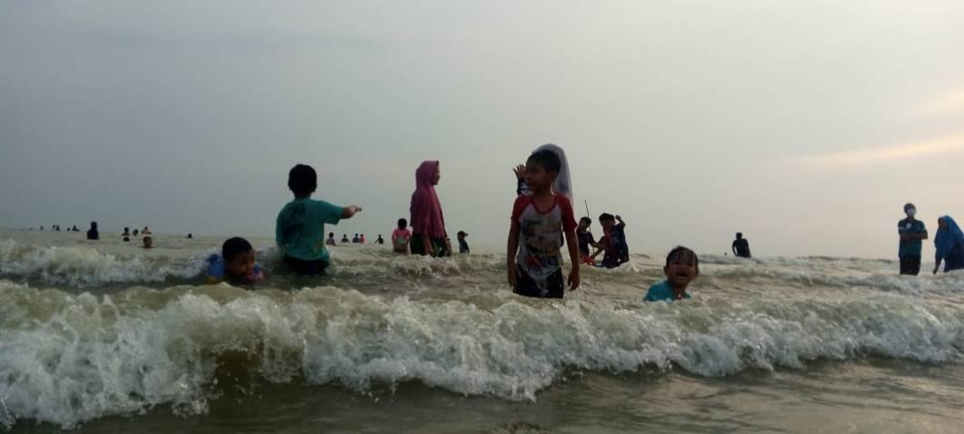 Anak-anak pun antusias melakukan tradisi dusdusan. (Foto: Rochim/Tugu Jatim)