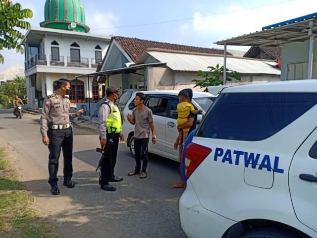 Pria asal Bangkalan penerobos pos penyekatan Pintu Exit Tol Madyopuro Kota Malang berdebat dengan petugas saat ditangkap, Selasa (11/5/2021). (Foto: Dokumen/Polresta Malang Kota)