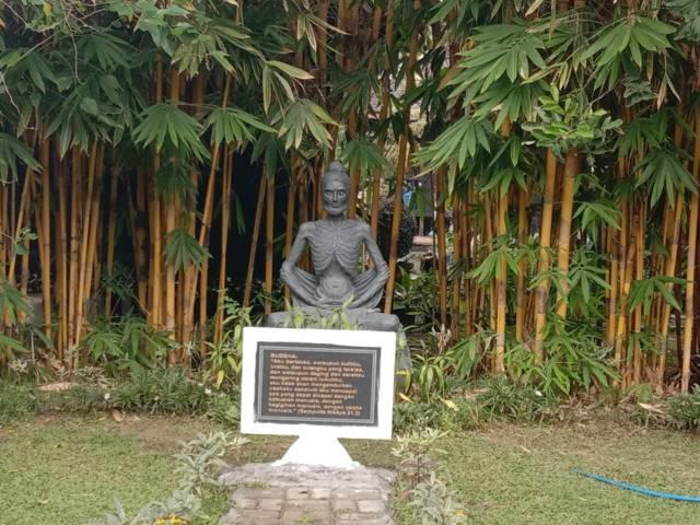 Salah satu pesan ada di patung Buddha ini. (Foto: Sholeh/Tugu Jatim)