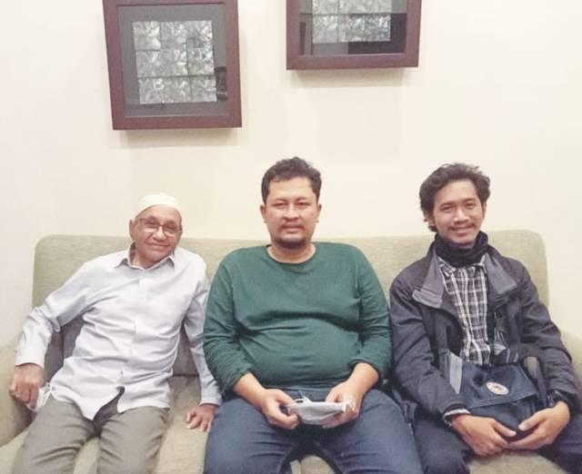 "CEO Tugu Media Group Irham Thoriq (tengah) dan wartawan Tugu Jatim ID Rangga Aji bersilaturahmi di rumah Ali Salim (kiri), wartawan senior era ""Surabaya Post"" sekaligus eks Direktur ""Harian Bhirawa"" Minggu (02/05/2021). (Foto: Irham Thoriq/Tugu Jatim)"