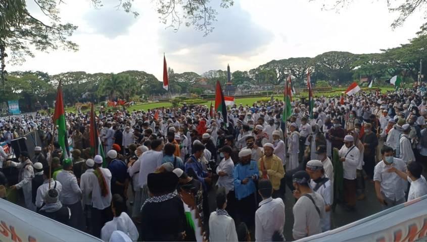 Gelombang massa aksi Bela Palestina di Alun-Alun Tugu Malang, Jumat (21/05/2021). (Foto:Rubianto/Tugu Jatim)