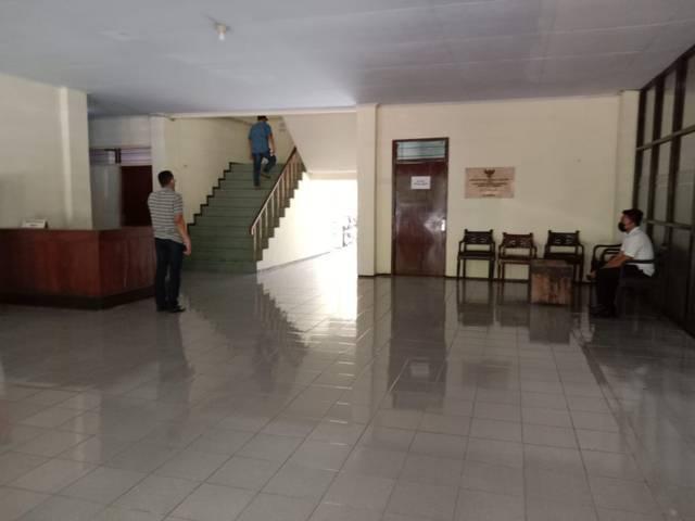 Beberap penyidik dari Bareskrim Polri tampak tengah memeriksa ruang-ruang di BKD Nganjuk usai OTT yang dilakukan bersama KPK yang menyeret nama Bupati Nganjuk dan 3 kepala desa, Senin (10/5/2021). (Foto: Rino Hayyu/Tugu Jatim)