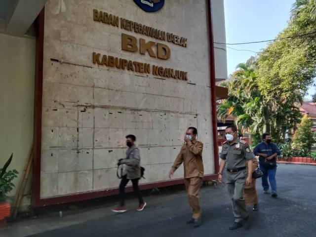 Kantor BKD Kabupaten Nganjuk yang telah disegel oleh KPK-Bareskrim Polri karena kasus jual beli jabatan yang melibatkan Bupati Nganjuk dan 3 kepala desa. (Foto: Rino Hayyu/Tugu Jatim)