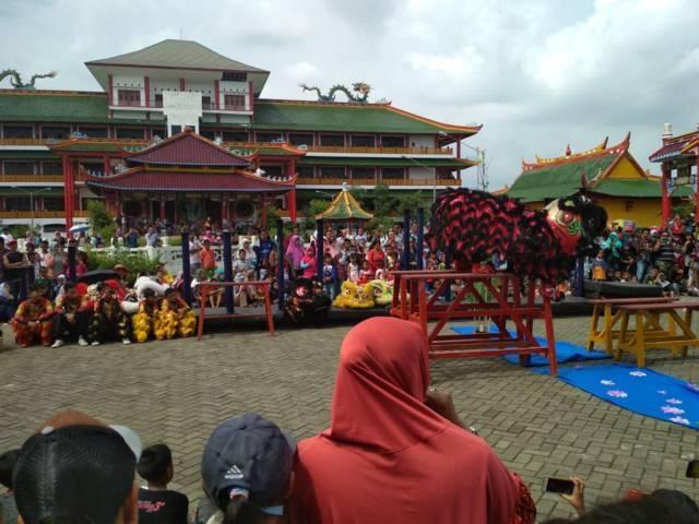 Atraksi barongsai di Kelenteng Kwan Sing Bio.(Foto: Disparbudpora Tuban/Tugu Jatim)