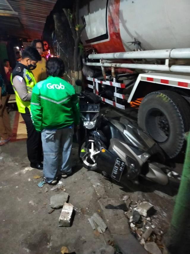 Kondisi sepeda motor yang ringsek dihantam truk tangki. (Foto: Humas Polres Tuban/Tugu Jatim)