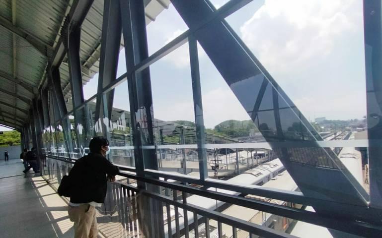 Suasana gedung baru Stasiun Kota Baru Malang di sisi timur yang mulai dioperasikan per Senin (10/05/2021). (Foto:Azmy/Tugu Jatim)