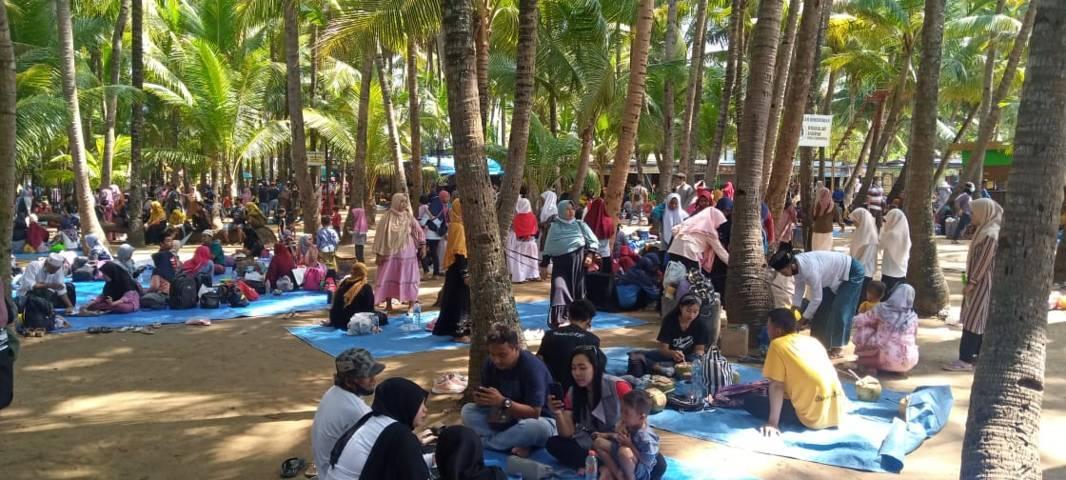 Salah satu objek wisata pantai di Tuban yang masih ramai pengunjung, foto diambil pada 11 April 2021. (Foto: Rochim/Tugu Jatim)