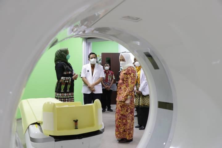 Bupati Bojonegoro Anna Muawanah melihat fasilitas CT Scan di RSUD Sumberrejo. (Humas Pemkab Bojonegoro/Tugu Jatim)