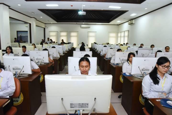 Pelamar CPNS Kementerian ESDM saat mengikuti tes kemampuan dasar di Kantor Regional X BKN Denpasar beberapa waktu lalu. (Foto: Dokumen/ESDM)