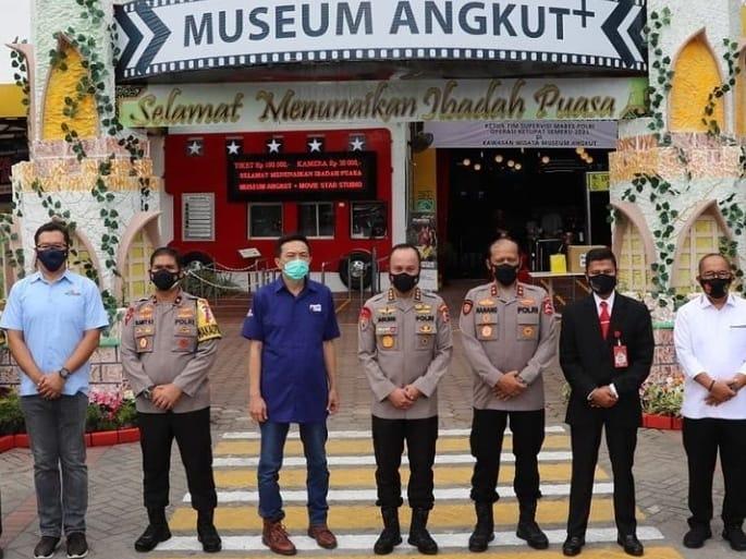 Irwasum Polri Komjen Pol Agung Budi Maryoto saat memeriksa prokes di Museum Angkut Kota Batu. (Foto: Polres Batu/Tugu Jatim)