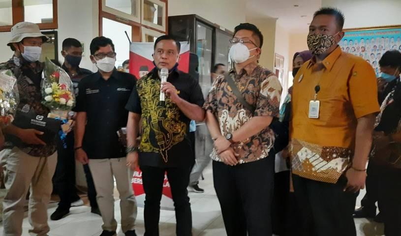 Kepala Disnaker Kabupaten Malang Yoyok Wardoyo (tengah) saat memberikan sambutan di depan para perwakilan serikat buruh. (Foto: Nurhayati/Tugu Jatim)