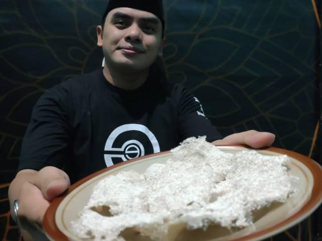 Adib menyajikan kerupuk kulit telur dari kreasinya. (Foto: Mila Arinda/Tugu Jatim)