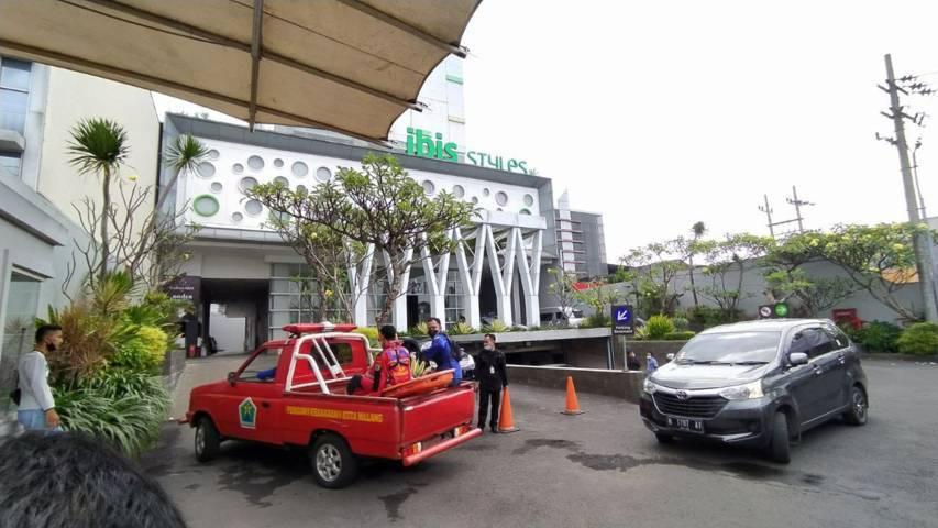 Petugas PMK Kota Malang berada di Hotel Ibis Styles Malang. (Foto:Azmy/Tugu Jatim)