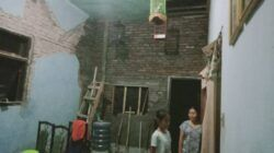 Rumah Sri Astuti, warga Dampit, Kabupaten Malang, yang semakin rusak pasca gempa Malang jilid 2, Jumat malam (21/05/2021). (Foto: Rap/Tugu Jatim)