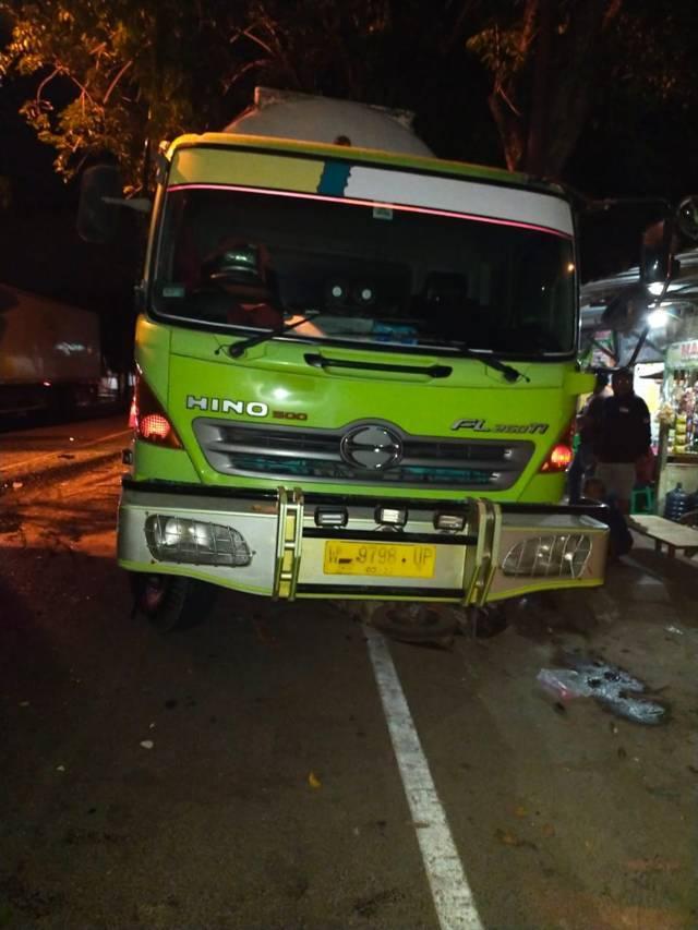 Truks boks yang ditabrak dari belakang ini kondisinya ringsek. (Foto: Humas Polres Tuban/Tugu Jatim)