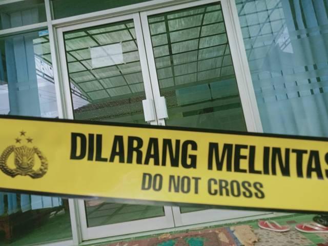 Klinik Kecantikan Bunga Husada, Desa Arjowinangun, Kecamatan Kalipare, Kabupaten Malang, diberi police line. (Foto: Rap/Tugu Jatim)