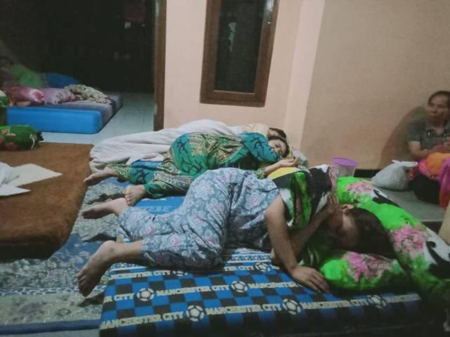 Nur Halimah (piyama warna biru), warga Majang Tengah, Kecamatan Dampit, yang tidur di teras pasca gempa Malang jilid 2, Jumat (21/05/2021). (Foto: Rap/Tugu Jatim)