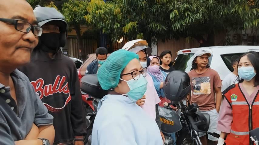 Warga melihat korban tewas dievakuasi. (Foto: Azmy/Tugu Jatim)