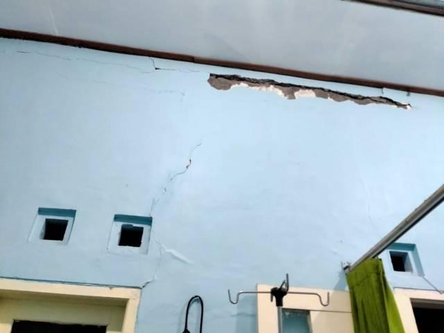 Tembok Puskesmas Wates Blitar tampak retak. (Foto: Dokumen/Tugu Jatim)