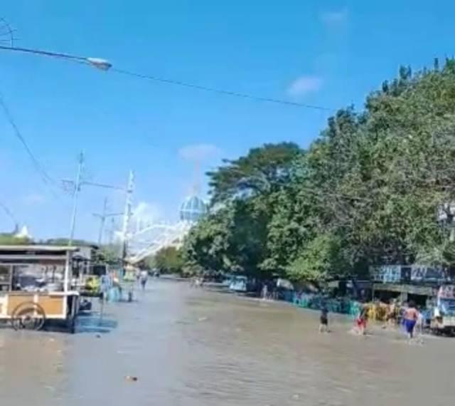 Fenomena jenis gelombang sedang-tinggi, akibatnya banjir rob terjadi di kawasan pesisir Kota Surabaya, Jumat (28/05/2021). (Foto: Rangga Aji/Tugu Jatim)