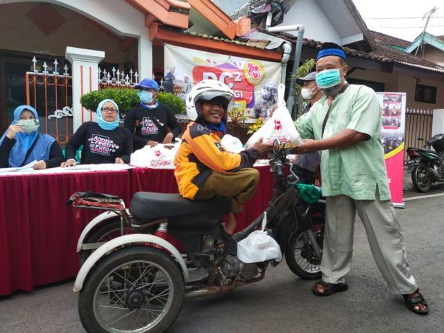 Tugu Media Group bekerja sama dengan komunitas Difabel Creative Community (DC²) menyalurkan bingkisan lebaran kepada rekan-rekan difabel di Malang, Jumat (7/5/2021). (Foto: Dokumen/Tugu Jatim)