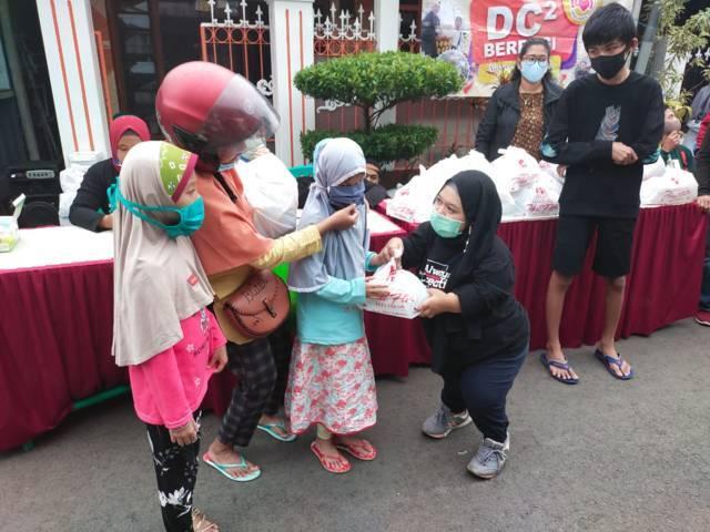Paket sembako juga diberikan kepada anak difabel tunanetra. (Foto: Dokumen/Tugu Jatim)