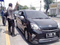 Masa Penyekatan, Forkopimda Jatim Tempel Stiker pada Kendaraan yang Menuju Surabaya maupun Madura