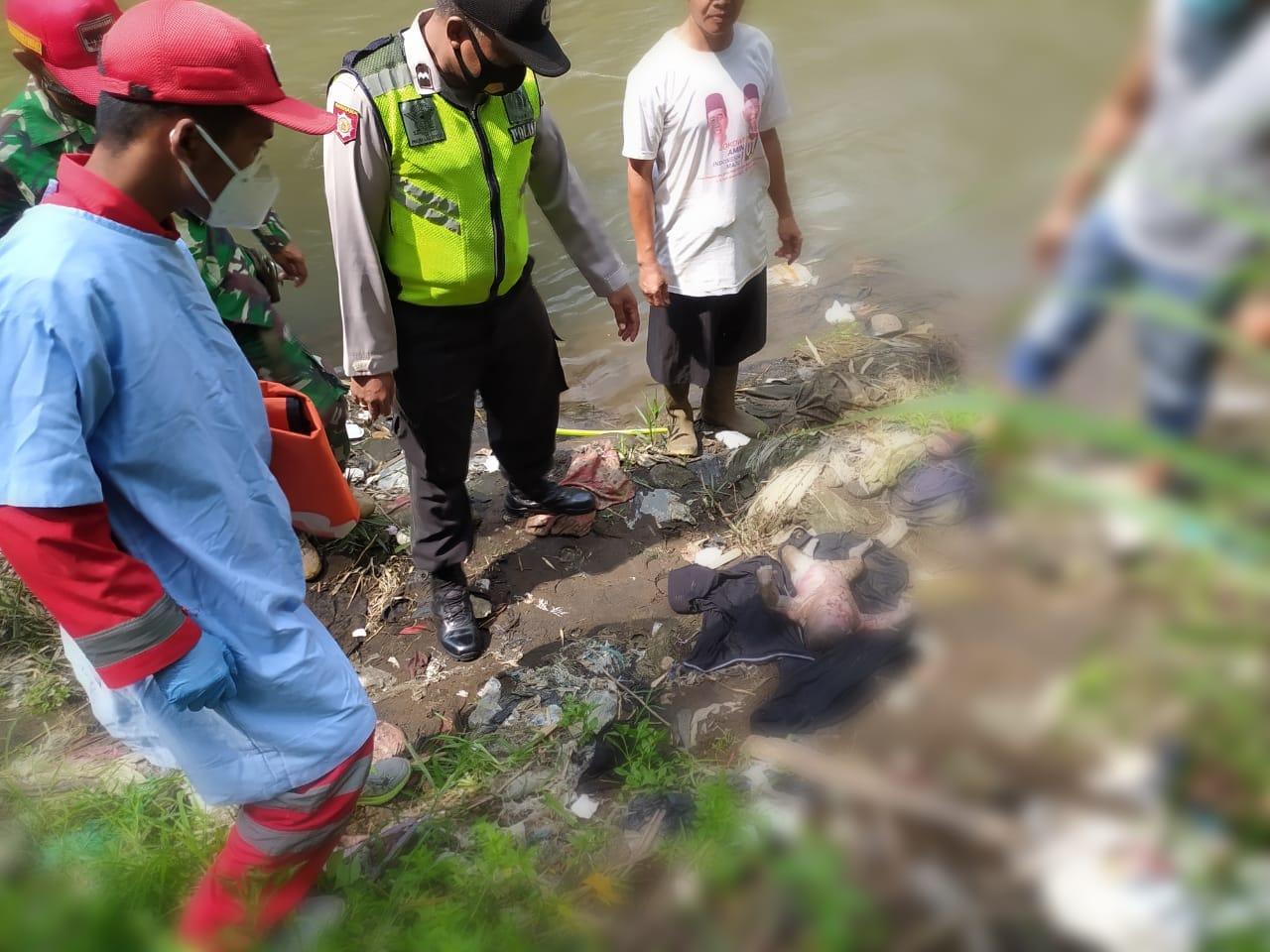 Polsek Pakisaji dan PMI mengevakuasi mayat bayi perempuan yang mengambang di Kabupaten Malang. (Foto: Polsek Pakisaji)