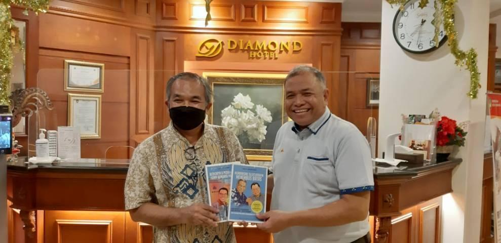 Pakar Komunikasi dan Motivator Nasional Dr Aqua Dwipayana memberikan buku karyanya kepada mantan Pangdam IV/Diponegoro Mayjen TNI Purn Sunindyo. (Foto: Dok/Tugu Jatim)