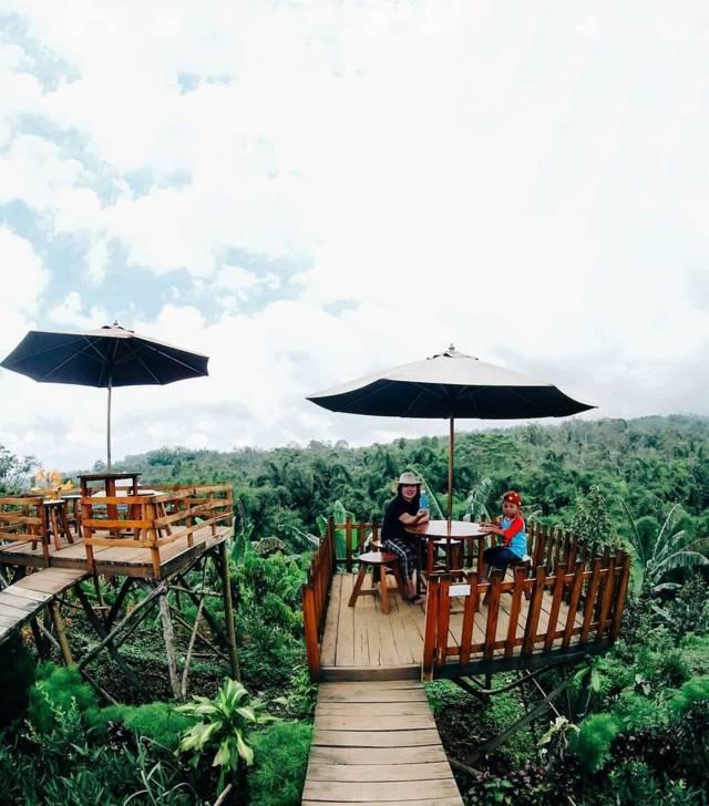 Salah satu keluarga yang menikmati sensasi Wisata Selo Tumpeng di Kabupaten Malang. (Foto: IG wisataselotumpeng.official/Tugu Jatim)
