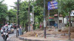 Pembongkaran pagar dinas DMPTSP Pemkab Trenggalek untuk dibangun kafe pelayanan publik. (Foto: Zamz/Tugu Jatim)