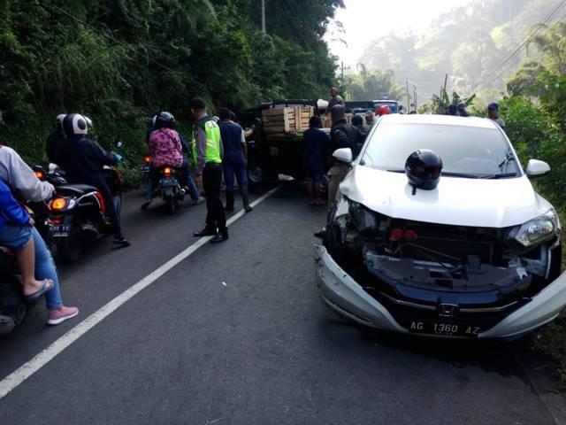 Petugas Satlantas Polres Batu melakukan olah TKP. Mobil yang kecelakaan tampak ringsek. (Foto: Istimewa/Tugu Jatim)