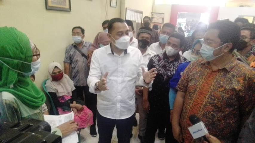 Wali Kota Surabaya Eri Cahyadi sedang bertemu dengan beberapa perwakilan warga Krembangan Selatan terkait persoalan pelayanan publik, Kamis (20/05/2021). (Foto: Rangga Aji/Tugu Jatim)