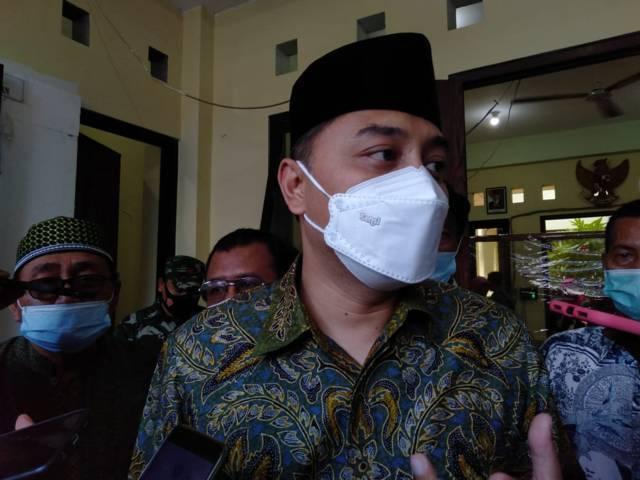 Wali Kota Surabaya, Eri Cahyadi saat menemui awak media di Kelurahan Pegirian Surabaya, Kamis (27/05/2021). (Foto: Rangga Aji/Tugu Jatim)