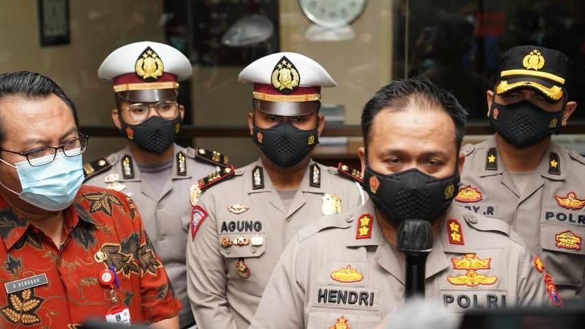 Kapolres Malang AKBP Hendri Umar saat memberikan keterangan insiden maut mobil pikap L300. (Foto: Rap/Tugu Jatim)