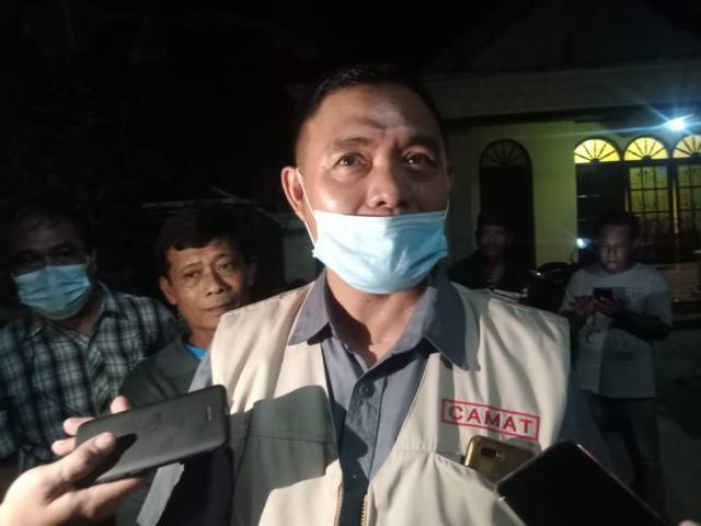 Camat Pagu Mohammad Imron memberikan keterangan terkait petasan meledak di Kediri. (Foto: Rino Hayyu Setyo/Tugu Jatim)
