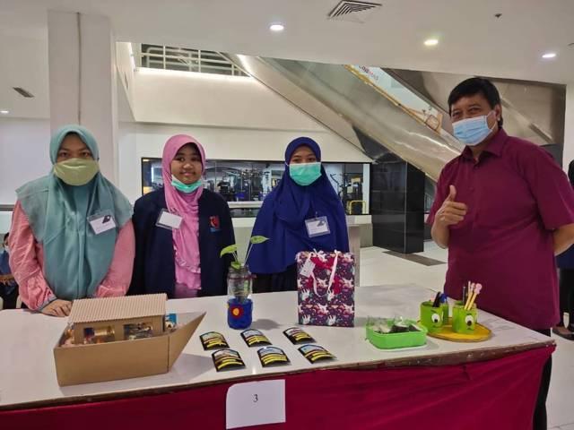 Siswa SMA Muhammadiyah 10 (SMAM X) Surabaya mengerjakan ujian melalui karya 3 dimensi.(Foto: SMA Muhammadiyah 10 (SMAM X) Surabaya)